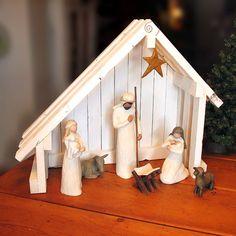 ~ ~ ~ BESCHREIBUNG ~ ~ ~ Handgemachte Kiefer Holz Krippe mit schrägen Dach perfekt für Ihre Weide oder andere Krippe Sammlerstücke! Jede Krippe