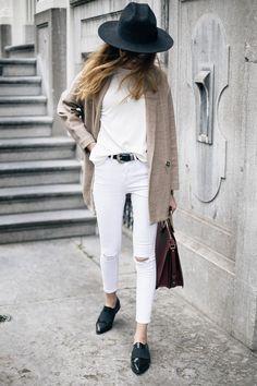 Street style look branco com chapéu e oxford.