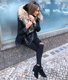 Puffer short jackets styling ideas – Just Trendy Girls Fur Fashion, Fashion Outfits, Womens Fashion, Mode Outfits, Winter Outfits, Classy Outfits, Casual Outfits, Black Ripped Jeans, Cold Weather Outfits