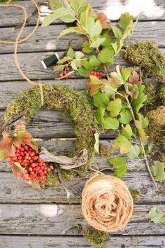 DIY Kranz aus Moos einfach selber machen mit Moos Beeren Holz und Sisal. Naturdeko Anleitung zum Kranz binden. Dekorieren mit Natur. sisal herbstdeko Mooskranz