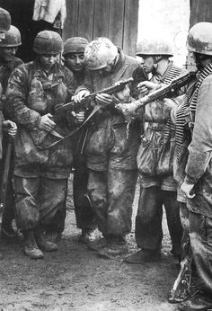 German Fallschirmjäger paratroopers inspecting a captured American Thompson sub machine gun date unknown [441x648]