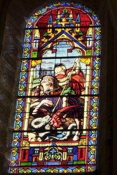 Katholische Pfarrkirche Saint-Georges in Guérard, Seine-et-Marne in der Region Île-de-France (Frankreich), mittleres oberes Bleiglasfenster im Chor, hl. Georg kämpft mit dem Drachen