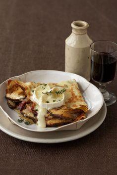 Rezept: Gefüllte Pilz-Crêpes mit Käse-Kruste. Nicht nur süße Crêpes sind in Frankreich beliebt - auch die herzhafte Variante kann sich durchaus sehen lassen. Dabei gibt es unzählige Möglichkeiten. #cestbon
