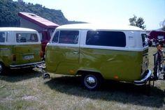 Hace mucho tiempo que empecé a guardar fotos de caravanas y remolques curiosos, realizados con trozos de furgos, coches o simplemente difere...