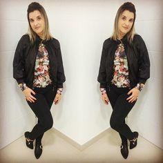 Já ia esquecendo de mostrar o look de hoje. Calça com bolso faca, camisa estampa floral, jaqueta bomber e meu Open boot!! {créditos na tela} bem trabalhada na #fastfashion | Cris Azambuja | crisazambuja_ Instagram Photo Profile