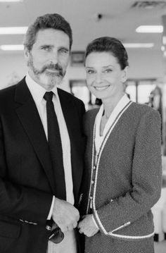 Audrey Hepburn fotografiado con su pareja Robert Wolders durante una visita a Nueva Zelanda, el 26 de octubre de 1990.  -Audrey llevaba un traje de Chanel (de tweed, rojo y blanco, de la colección para la temporada Otoño / Invierno 1990/91).