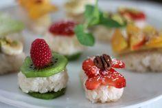 """Süßes Sushi in der """"Clean Eating""""-Variante, ohne zugesetzten Zucker. Die Zubereitung dauert etwas länger, lohnt sich aber allemal!"""