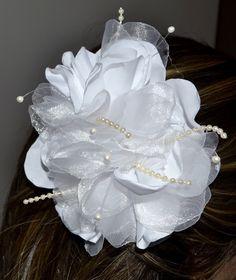 Flor em tecido com mini-pérolas.  Pode ser confeccionado em outras cores e tamanho. R$ 89,90