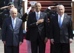 O presidente dos EUA, Barack Obama, é recebido pelo primeiro-ministro de Israel, Benjamin Netanyahu (à dir.), e pelo presidente Shimon Peres (à esq.) no aeroporto de Tel Aviv em sua primeira visita oficial ao Estado judeu - http://glo.bo/16KgqQk (Foto: EFE/Oliwer Weiken)
