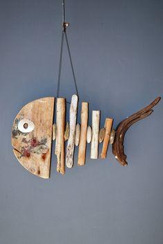 Stokjesvis 011 Vis gemaakt van drijfhout gecombineerd met strandstenen Wooden Fish, Wooden Art, Wooden Crafts, Wood Wall Art, Driftwood Signs, Driftwood Fish, Driftwood Projects, Plaster Sculpture, Driftwood Sculpture