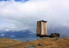 #8 Alleen in Rusland Dit is niet de meest luxe. Ook niet de mooiste. En zeker niet de rustgevendste wc op aarde. Hier doe je het al bijna in je broek vóórdat je op de wc zit. En waar anders vind je 'm dan in Rusland? Precies. Dus wil jij hier wel een keer naar de wc? Breng dan een bezoekje aan Kara-Tyurek pas in de Altai bergen!