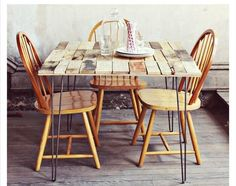 Pallet Table Plans DIY: Upcycled Pallet Into Rustic Kitchen Table - We love the stylish and rustic look of this small kitchen table made from repurposed wooden pallets. This table was … Diy Dining Room Table, Rustic Kitchen Tables, Pallet Dining Table, Dining Table Design, Farmhouse Table, Rustic Table, Dining Area, Wood Pallet Tables, Wood Table