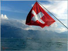 Le drapeau Suisse sur  le Lac Léman.