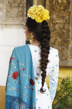 Traje de flamenca: Johanna Calderón.Complementos y flores: Blanco Azahar. Orange Blossom, Carnations, Flamenco Dresses, Floral Design, Roses, White People, Flowers