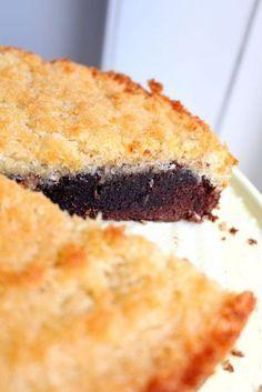 """Den här kakan är """"to die for"""". Jag kan lova dig att de du bjuder denna på kommer alla att humma högljutt av välbehag, eller så äter du den själv. :) En kaka som liksom har allt. Kladd, crunch och choklad. Vad mer kan man begära? Bara jag kikar på bilderna nu så känner jag smaken i munnen."""