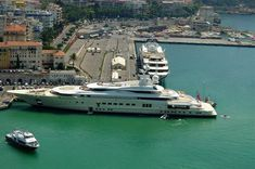 Roman Abramovich's Pelorus. A crew of 46 people live in it during the year. Bulletproof glass, missile detection system, two heli and one submarine. Price: US$300.000.000 #megayacht
