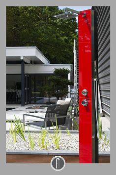 Moderní look solární sprchy dodá každé zahradě či terase neotřelý šmrnc.  #venkovnisprchy #sprchanazahradu #solarnisprchy