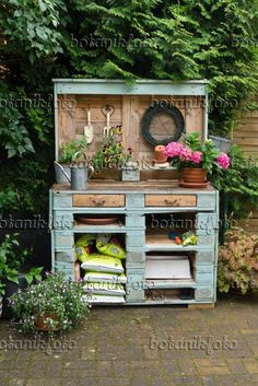 ** Can't have drawers - but little cubbies that small plastic storage containers. - ** Can't have drawers – but little cubbies that small plastic storage containers fit in would b - Pallet Potting Bench, Pallet Shed, Potting Tables, Pallets Garden, Potting Soil, Garden Shed Diy, Garden Yard Ideas, Backyard Sheds, Garden Projects