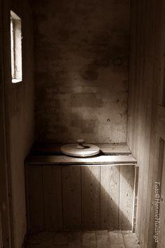 De poepdoos stond meestal buiten maar bij mijn oma was hij in de schuur en hij zag er wel iets beter uit
