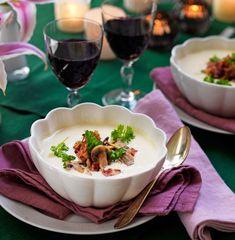 Testa denna matiga soppa med smak av vitlök och gott strössel av svamp och bacon.