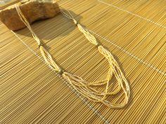 colar de vidrilhos beje furta-cor,com esferas de latão usadas como entremeio,acabamento em ouro velho.