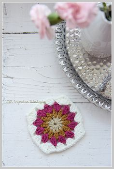 Crochet tutorial: sunburst {in a square} by IDA Interior LifeStyle, via Flickr