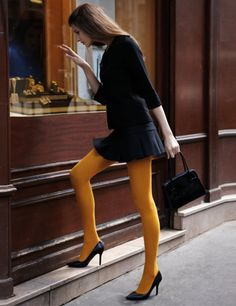Comment porter un collant ? - All the lovely tightsTotal look noir et collant opaque jaune Pantyhose Outfits, Stockings Outfit, Pantyhose Skirt, Nylons, Orange Tights, Colored Tights Outfit, Black Tights, Fashion Tights, Fashion Outfits