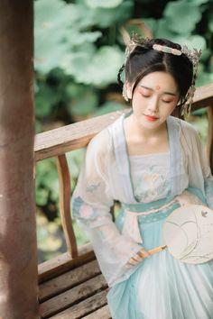 《画堂春》-摄影-苏叔er-POCO摄影作品展示 Cool Costumes, Costumes For Women, Amazing Costumes, Traditional Fashion, Traditional Dresses, Couture Outfits, Asian History, Chinese Culture, China Fashion