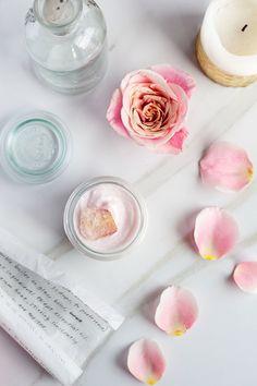 Beurre fouetté à la rose et à l'hibiscus Diy Organic Beauty Recipes, Homemade Beauty Products, Homemade Body Butter, Whipped Body Butter, Diy Cosmetic, Diy Lotion, Belleza Natural, Diy Skin Care, Diy Beauty