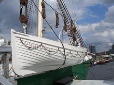 Wie früher die Rettungsboote ausgesehen haben. Wie hier:    Die Dinger hat man früher ganz gern genommen, um sich darauf ein Segelboot aufzubauen. Wenn Schiffe abgewrackt wurden, waren die praktisch über und günstig zu bekommen. Sitzbänke raus, eine Kajüte und einen Mast drauf, fertig ist der Kleinkreuzer.