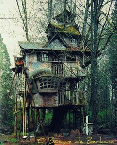 Self Architecture — fuckyeahabandonedthings: Abandoned tree house This Old House, My House, Abandoned Buildings, Abandoned Places, Abandoned Castles, Haunted Places, Abandoned Mansions, Magical Tree, Cool Tree Houses