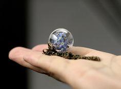 Glaskugel-Kette mit echten Vergissmeinnicht - k054 von VIVIANNA SCHMUCK - natürlich.schön.edel auf DaWanda.com
