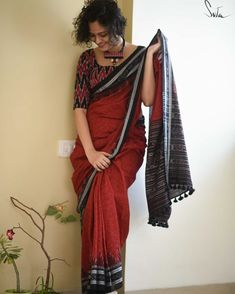 Handloom saree is magically woven and takes almost a month or two months to be created. Absolutely killer designer wear for a vintage party or to a close by artsy theatre. Cotton Saree Blouse Designs, Blouse Neck Designs, Blouse Patterns, Sambalpuri Saree, Handloom Saree, Ikkat Saree, Formal Saree, Casual Saree, Saree Models