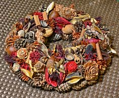 Šišky z borovic a modřínu, suché plody atd. (Pine cones, sushi, cinnamon, etc. Dried Fruit, Pine Cones, Sushi, Cinnamon, Wreaths, Canela, Door Wreaths, Deco Mesh Wreaths, Floral Arrangements