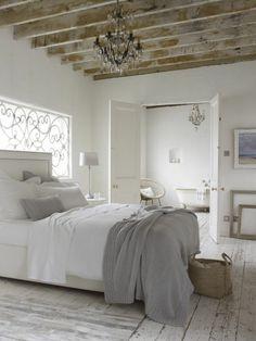 parquet blanc, plafond loft rustique, chambre à coucher et baignoire