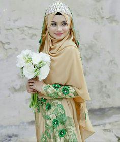 Gold & green?  #muslimahexclusive Malay Wedding Dress, Hijab Bride, Pakistani Wedding Dresses, Bridal Dresses, Street Hijab Fashion, Abaya Fashion, Women's Fashion, Hijab Style Dress, Hijab Chic