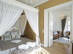 Schloss Schönbrunn Suite: The main bedroom has an ornately carved four-poster bed and a dressing room fit for a princess. Innsbruck, Schönbrunn Zoo, Vienna Hotel, Great Wall Of China, Hotel Guest, Most Visited, Countries Of The World, Best Hotels, Castles
