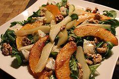 Herbstlicher Salat mit gebratenem Kürbis, karamellisierter Birne, Blauschimmelkäse und Walnüssen 1