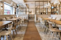 The look of an all-American diner is often already defined with its interior design, nevertheless the DYER-SMITH FREY takes a different path when designer the B.GOOD interior. The American burger-restaurant in Zurich mixed elegant design with comfort. DYER-SMITH FREY team focused on natural materials like wood, stone, brass and marble. The color concept implemented a lot of …