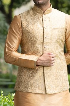 Intricately embroidered bandgala Nehru coat with coordinated peach kurta. Pastel outfit inspiration for Indian groom. Wedding Kurta For Men, Wedding Dresses Men Indian, Wedding Dress Men, Best Wedding Dresses, Wedding Sherwani, Pakistani Dresses, Engagement Dress For Groom, Wedding Outfits For Groom, Wedding Attire