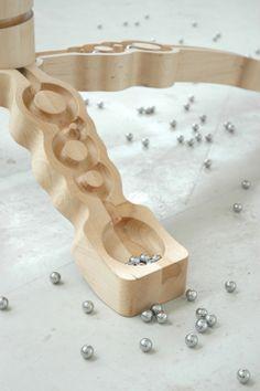 ¿Cuántos caminos caben en una mesa madera?: Marbelous de Otwerpduo #WoodLovers #table #ontwerpduo #game #marbles