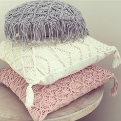 LOTS of macrame inspiration on this site! Macrame Art, Macrame Projects, Pillos, Boho Cushions, Bohemian Style Bedrooms, Gothic Accessories, Living Room Bedroom, Soft Furnishings, Bed Pillows
