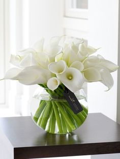 Good Free of Charge Calla Lily ikebana Style Calla lilies will be the superior bride's bouquet flower. The actual bulbs of the Africa rose are Arrangements Ikebana, Spring Flower Arrangements, Flower Vases, Spring Flowers, Floral Arrangements, Flower Centrepieces, Flower Vase Design, Contemporary Flower Arrangements, Deco Floral