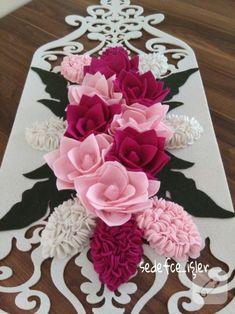 krem rengi kalın keçe üzerine silikon ile tutturulmuş pembe tonlarında keçe çiçeklerle tamamlanmış runner, salon takımlarını şenlendirmek isteyen keçe severler için...