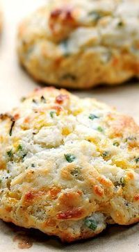 Sour Cream Cheddar and Chives Drop Biscuits ~ A savory biscuit perfect as an appetizer or addition to any meal. Sour Cream Cheddar and Chives Drop Biscuits ~ A savory biscuit perfect as an appetizer or addition to any meal. Savoury Biscuits, Cheddar Biscuits, Sour Cream Biscuits, Blueberry Biscuits, Buttermilk Biscuits, 7 Up Biscuits Recipe, Quick Biscuit Recipe, Dessert Biscuits, Gastronomia
