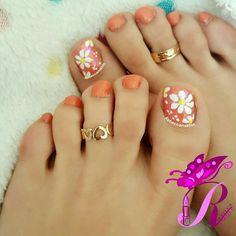 هذه #أظافر اليوم  It's Monday Pedi Time: Daisies Toe Nails