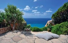 I can't imagine anything better than a garden with an ocean view. Love the flagstones.