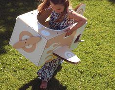 Hoe leuk is dit voor jouw kleine druktemaker? Al vliegend door de woonkamer of wellicht is buiten een beter idee! Een kartonnen vliegtuig die nog ingekleurd kan worden naar eigen creativiteit. Flatout Frankie is een Australisch merk dat werkt met gerecycled karton, het speelgoed wordt in Europa geproduceerd.