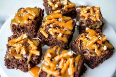 These Salted Caramel Pretzel Brownies are perfectly chewy, chocolatey and thick. The crushed pretzels adds a slight crush and the salted caramel compliments it all perfectly. Caramel Pretzel Brownies, Coconut Brownies, Brownie Bar, Oven Recipes, Baking Recipes, Dessert Recipes, Party Recipes, Party Snacks, Brookies
