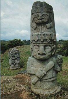 es una escultura de tipo busto , hecha en piedra con una textura áspera y un acabado raspo , es de color gris y tiene un significado religioso.